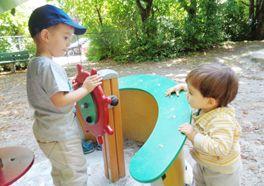 Gemeinsames Spielen auf dem Spielplatz