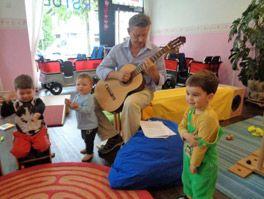 Michael Salzmann spielt Gitarre